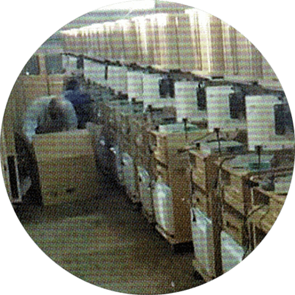 倉庫搬入・取り付けを行っている画像